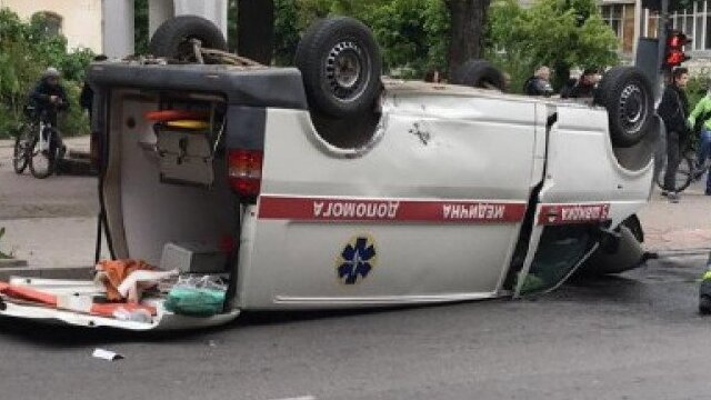 В Івано-Франківську Volkswagen перекинув на дах швидку допомогу, є постраждалі
