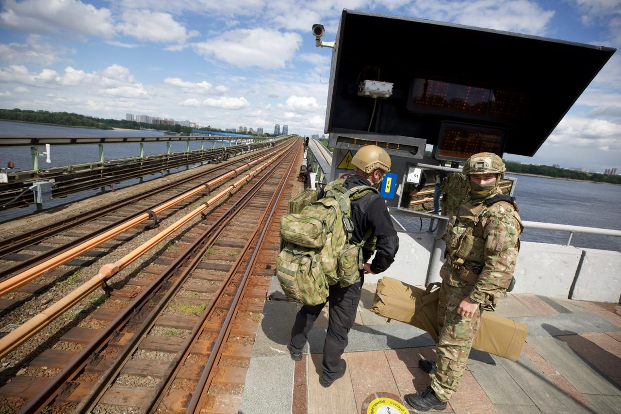Мінування мосту Метро в Києві: подробиці затримання мінера