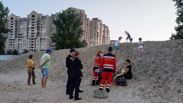 Чудом вижила: на набережній Києва 10-річну дівчинку засипало піском