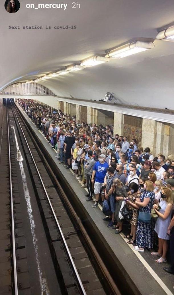 У Києві чоловік із ножем зупинив метро, його з пораненням знайшли у тунелі