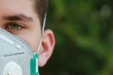 Киянин просить суд зобов'язати Кабмін забезпечити його безкоштовними масками