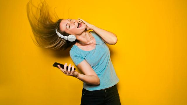 Акустическое насилие: в транспорте могут обязать слушать музыку в наушниках