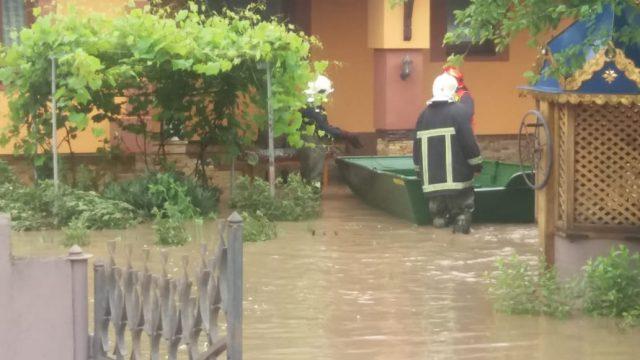 Частина міста може піти під воду: в Чернівецькій області частково зруйнувалися дамби