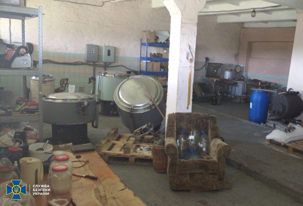 Антисептики з контрафакту: у Дніпрі СБУ виявила незаконну лабораторію