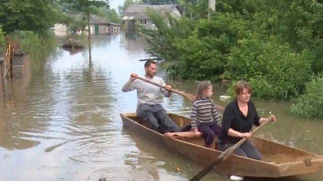 Повінь на Західній Україні: рівень води спадає, на Прикарпатті підтоплено понад 8 тис. будинків