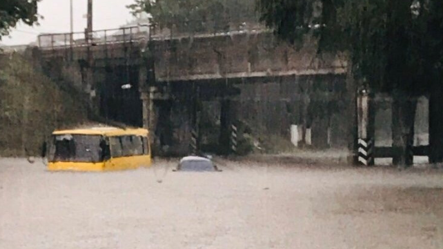 Маршрутки до вікон у воді: у Маріуполі через зливу зупинився транспорт