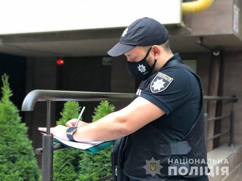 Отец убежал из квартиры: в Киеве сын зарезал мать