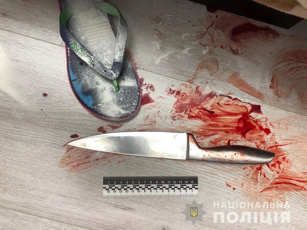 Батько втік з квартири: у Києві син зарізав матір