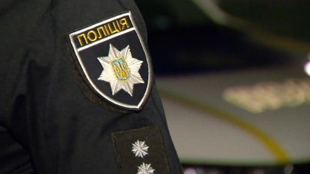 Відволікся на телефон: у Маріуполі чоловік наїхав на поліцейських