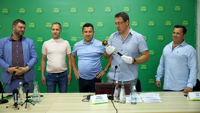 У Слузі народу пояснили символізм булави Зеленського з однойменного фільму