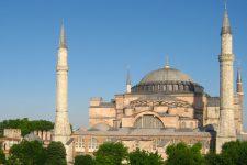 Комендантська година і сертифікати здоров'я: як Туреччина бореться з Сovid-19
