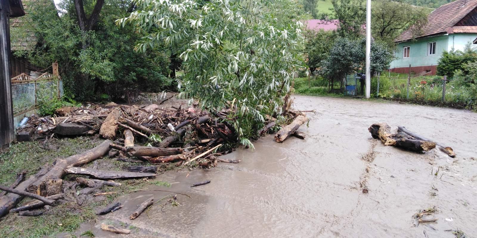 Злива на Закарпатті: зруйновані містки, розмиті дороги