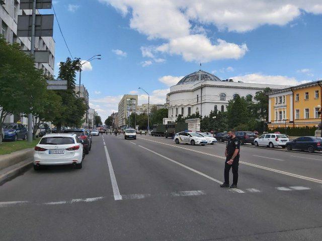 Захоплення бізнес-центру у Києві: чоловік погрожує підірвати банк