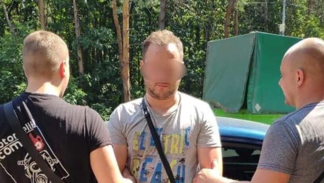 Стрілянина в Обухові: водій авто на зупинці поранив продавчиню з кіоску