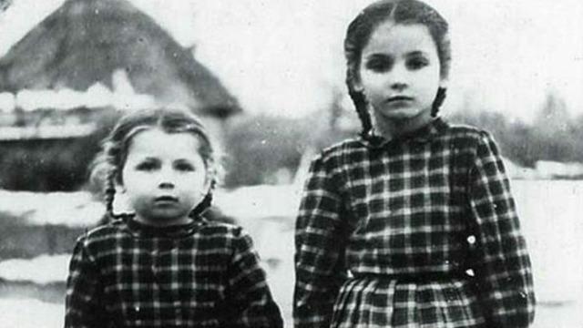Софія в дитинстві. На фото справа