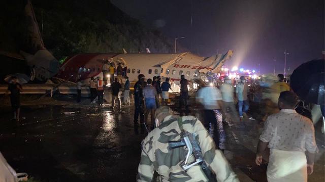 В Індії пасажирський літак після посадки розламався навпіл – є загиблі і постраждалі