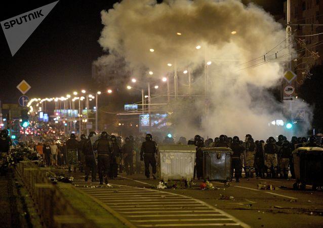 Один чоловік загинув на барикадах: як пройшла друга ніч протестів у Білорусі