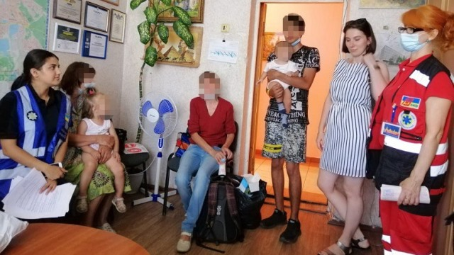 Дочка залишила дітей і пішла: у Києві бабуся кинула онучок у візочку біля магазину
