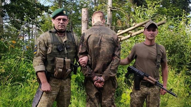 Заплутався у колючому дроті: прикордонники затримали порушників, що тікали до Румунії