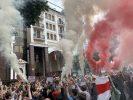Протести в Білорусі: у Києві біля посольства активісти підпалили фаєри
