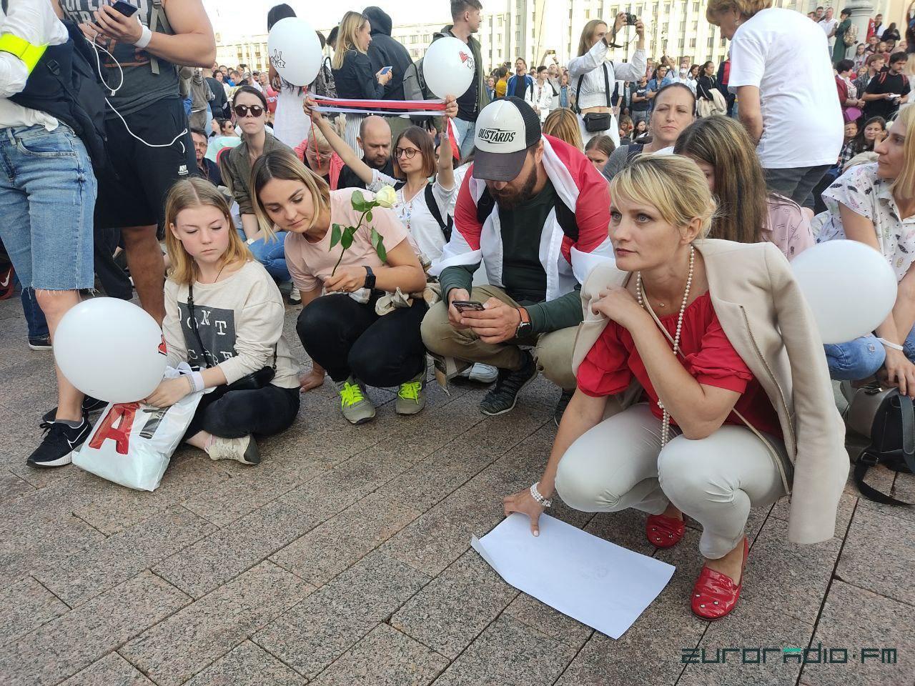 Квіти у щитах і величезний прапор: що відбувалося на протестах у Білорусі 14 серпня