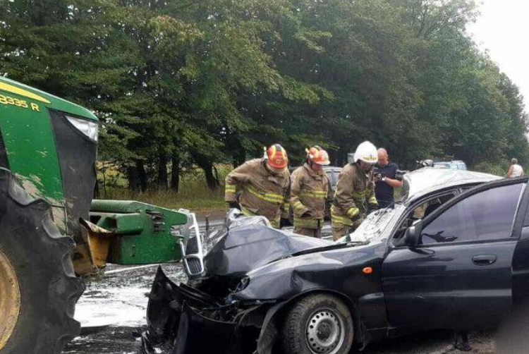 На Прикарпатті легковик протаранив трактор – загинули три людини