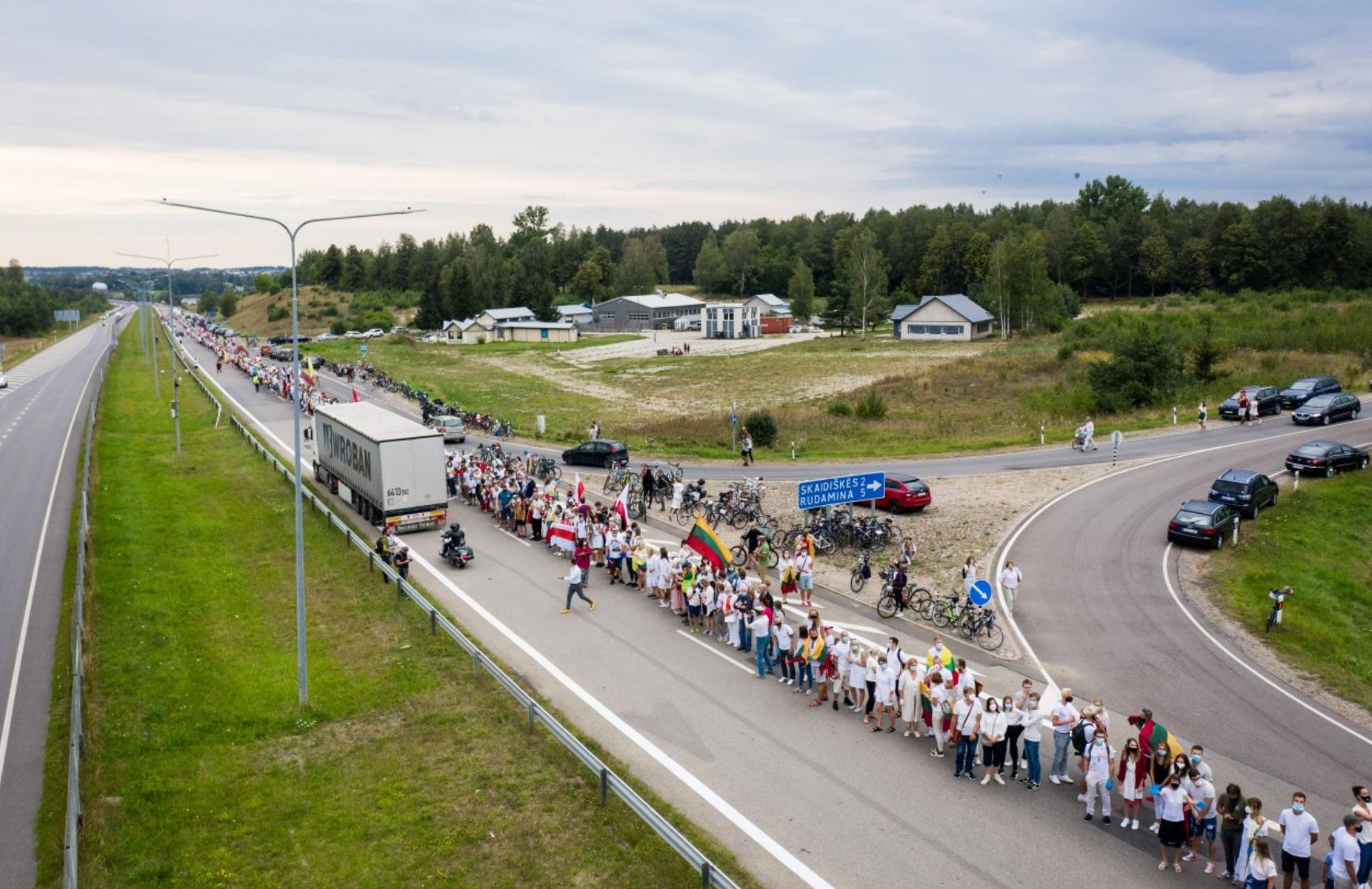 """32 км живого ланцюга у Литві: світ """"об'єднується"""" з протестувальниками у Білорусі"""