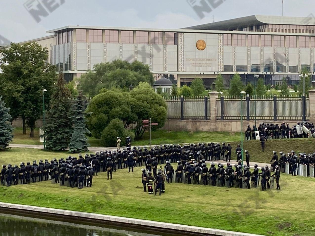 Лукашенка евакуюють з Палацу незалежності, куди прийшли протестувальники – ЗМІ