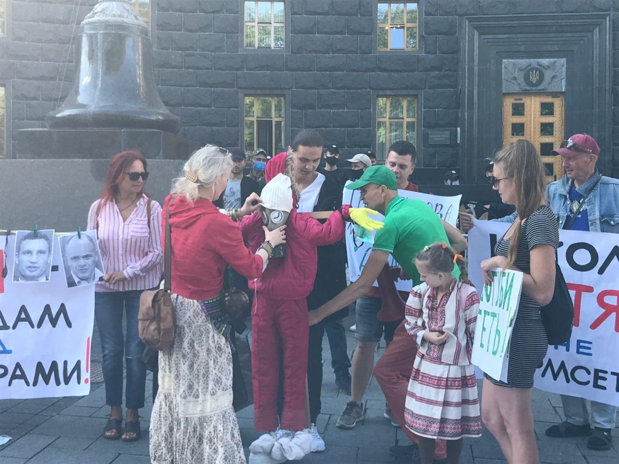 Мітинг під Кабміном: батьки проти дистанційного навчання