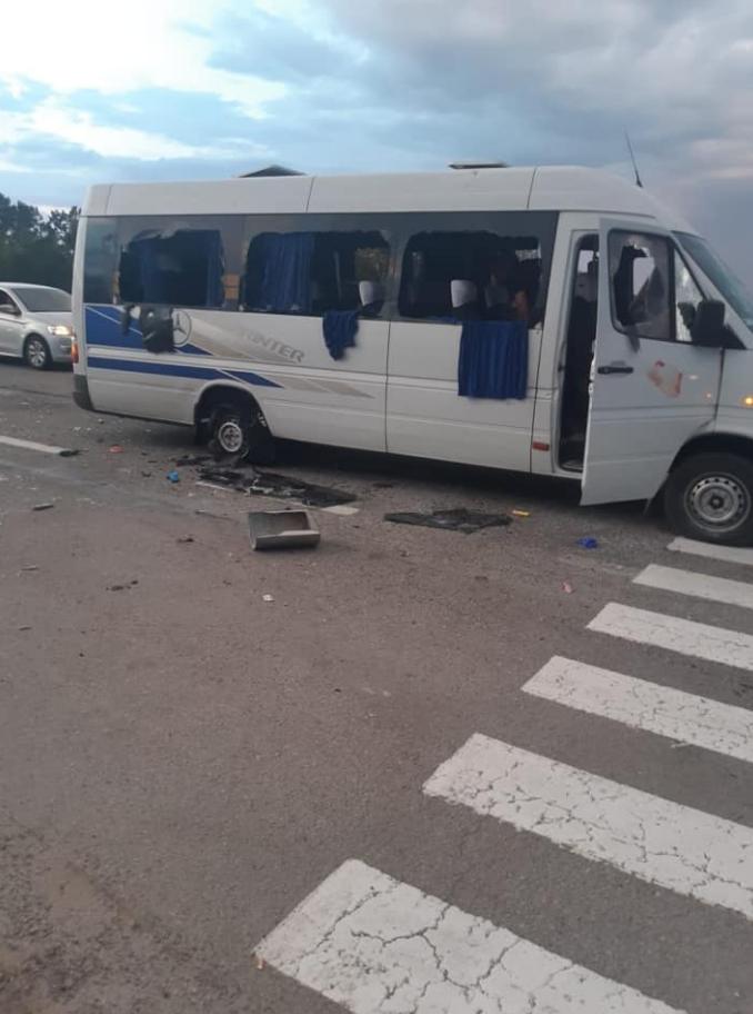 На трасі Київ – Харків розстріляли автобус – перше відео