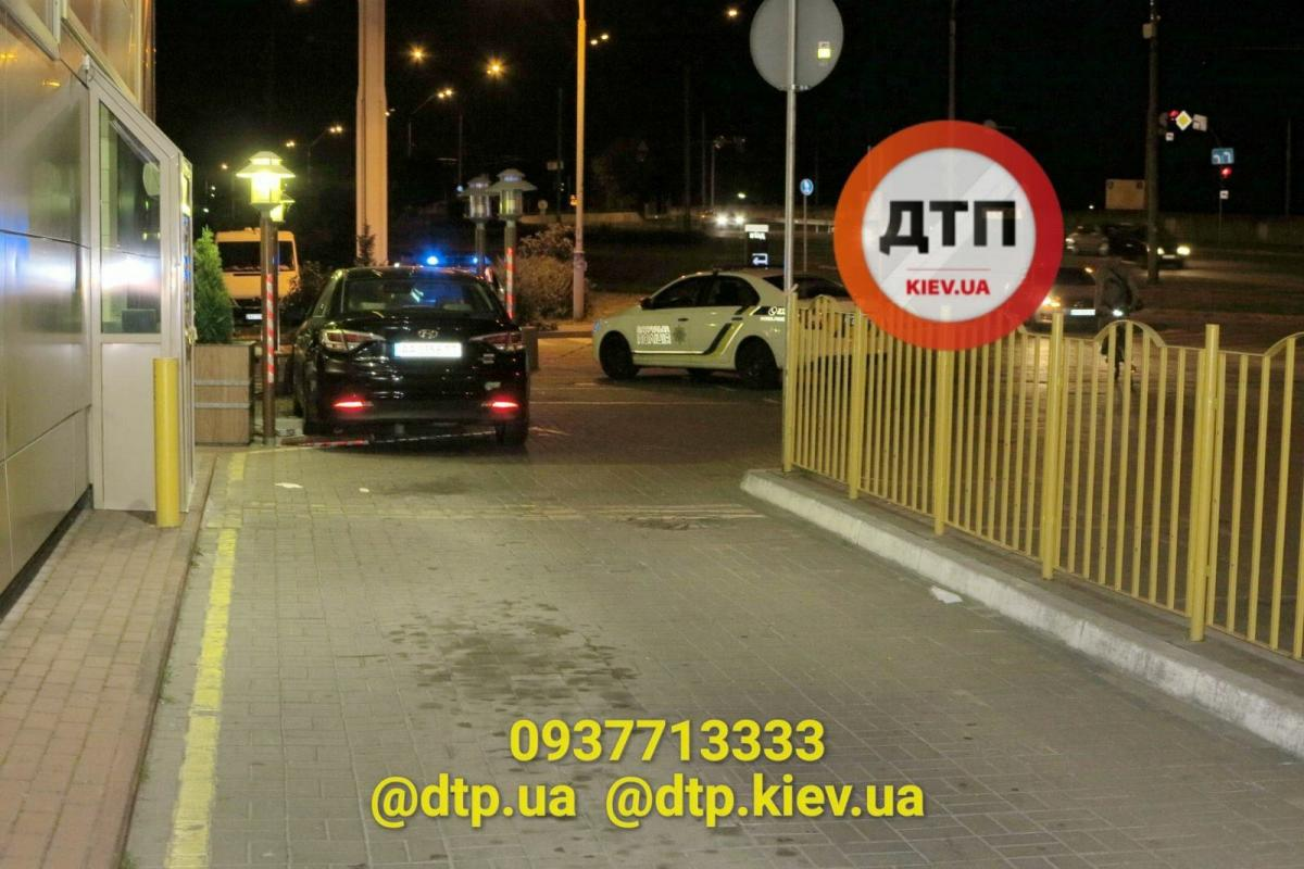 У Києві Hyundai в'їхав у терасу McDonald's і травмував двох жінок