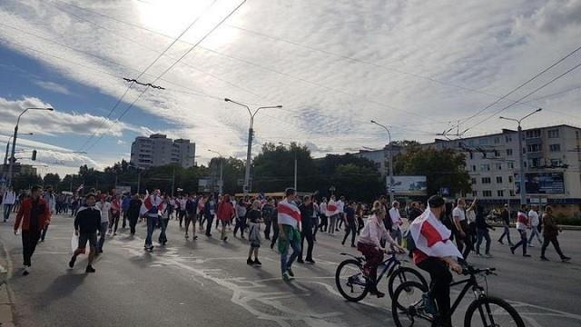 У Мінську протестувальники почали будувати барикади