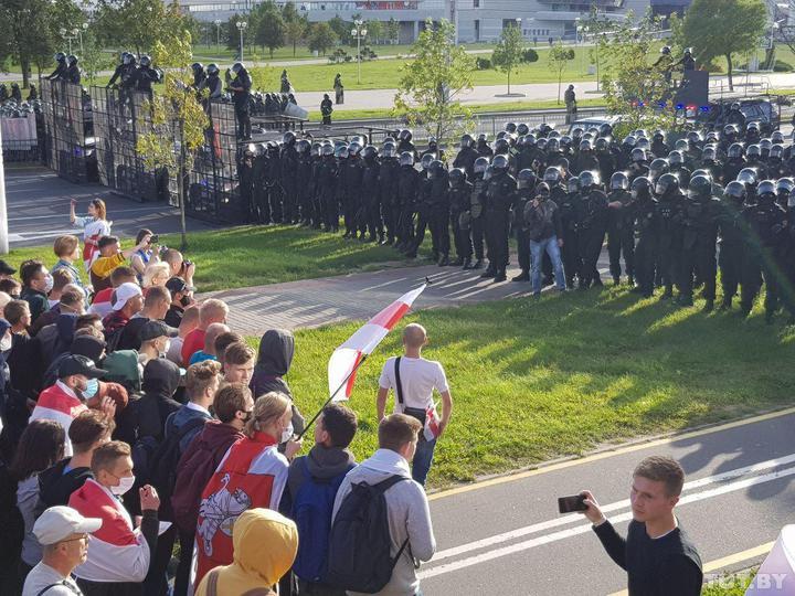 Протестувальники в Мінську йдуть до котеджів чиновників, силовики стріляли у повітря