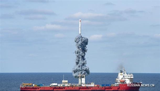 Китай впервые запустил ракету морского базирования