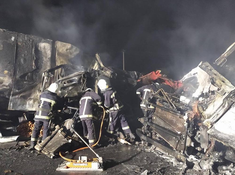 На Миколаївщині зіткнулися та загорілися дві вантажівки – загинули дві людини