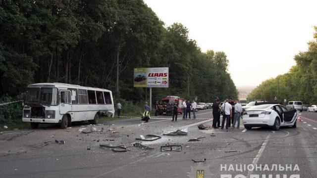 На Хмельниччині рейсовий автобус зіткнувся з Tesla – вісім постраждалих