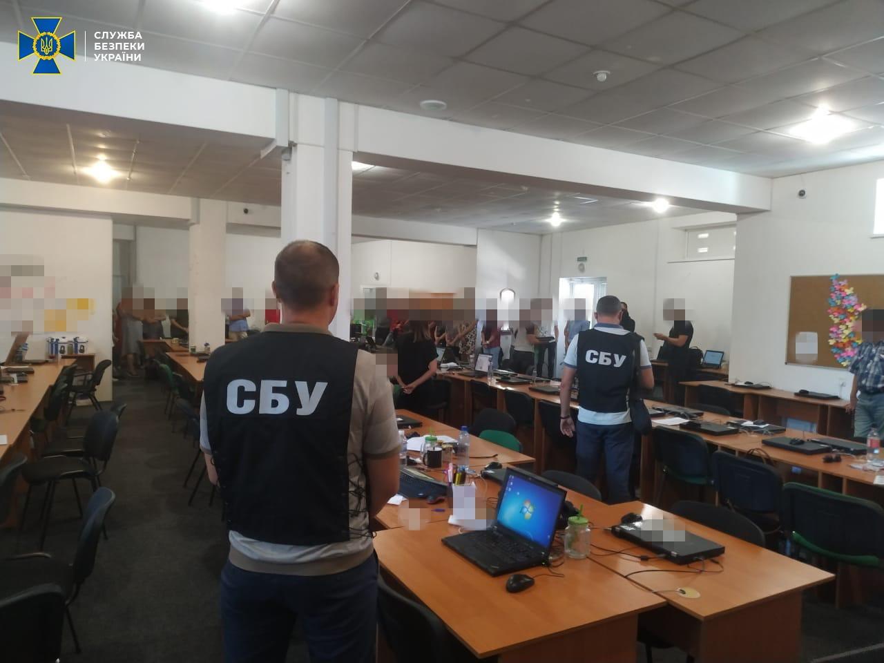 У Мелітополі викрили банду, яка щомісяця викрадала мільйони з рахунків українців
