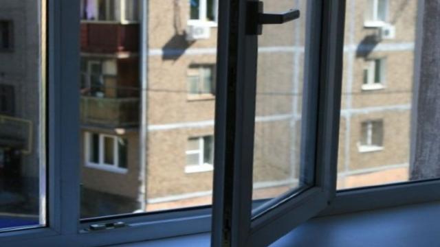 На Донеччині з вікна 10 поверху випав хлопчик