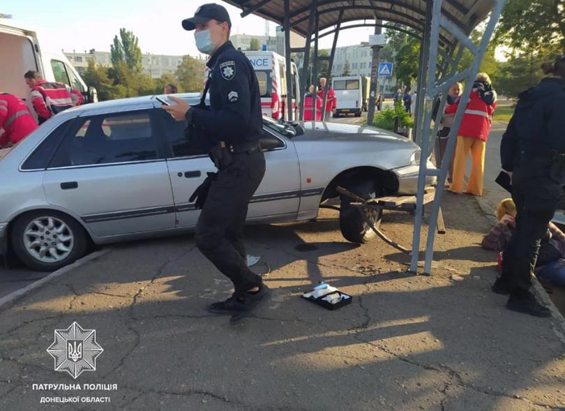 ДТП в Мариуполе: авто протаранило остановку общественного транспорта
