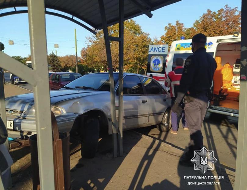 ДТП у Маріуполі: авто протаранило зупинку громадського транспорту