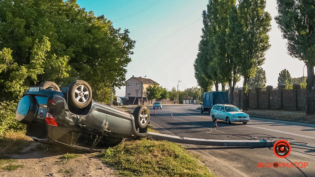 ДТП у Дніпрі: Toyota влетіла у стовп і перекинулася, постраждала дівчина