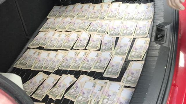 Чиновника МОН зловили на хабарі у 300 тис. грн