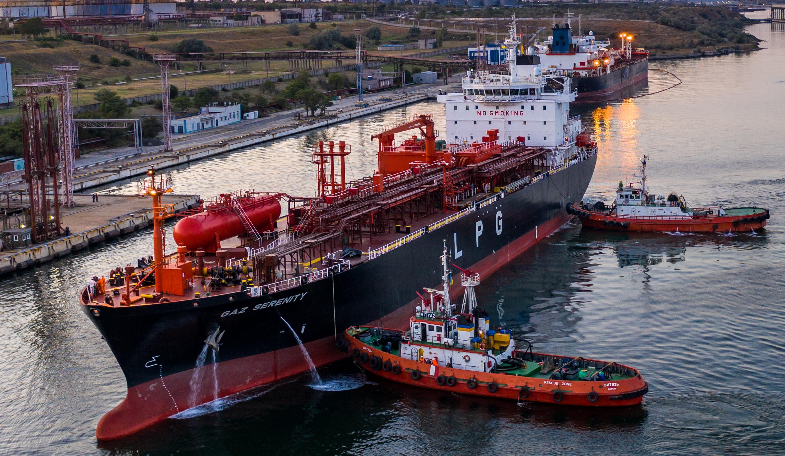 У порту Южний танкери з аміаком супроводжують непридатні для такої роботи буксири