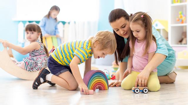 День дошкільної працівника в Україні – кращі поздоровлення в СМС і листівках.