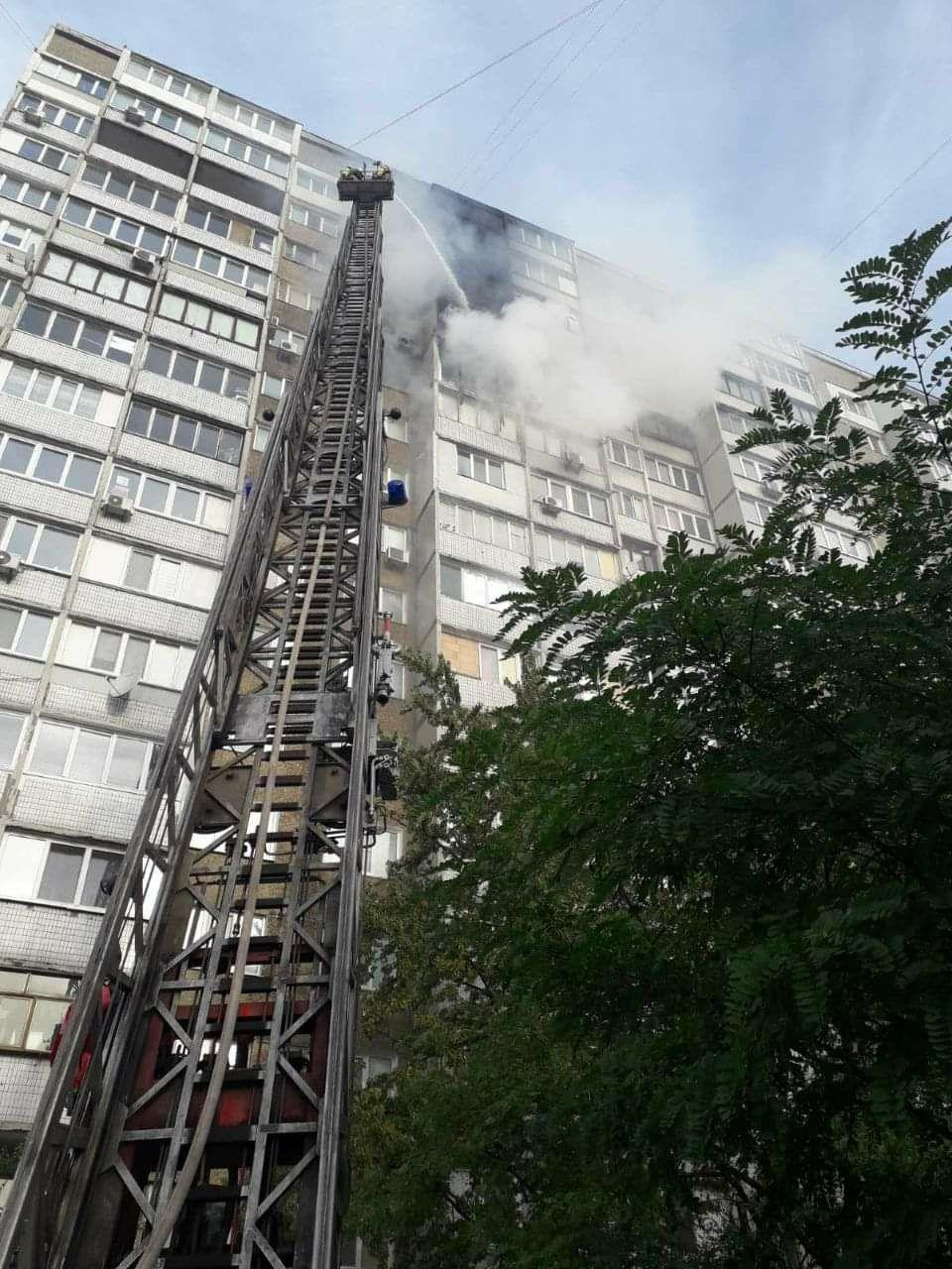 Пожежа на Троєщині у Києві: деталі, відео та фото