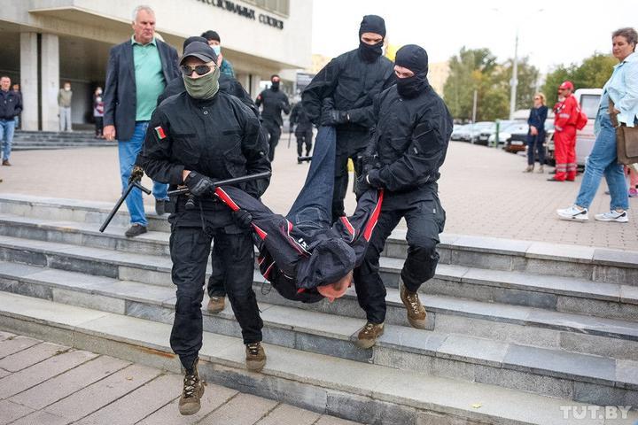 Протести в Білорусі: силовики під час затримань застосували гранати і газ
