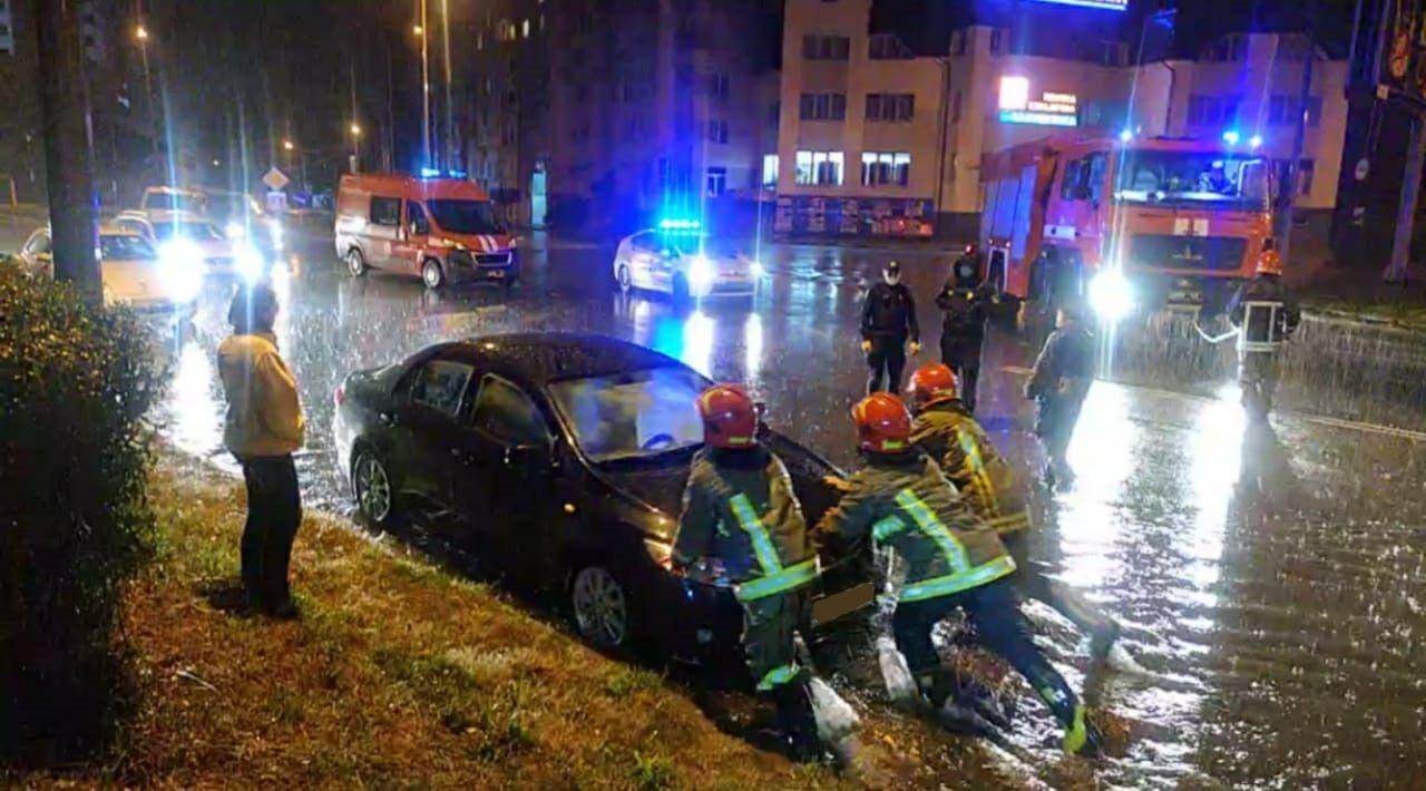 Заблоковані авто і повалені дерева: в Івано-Франківську злива затопила місто