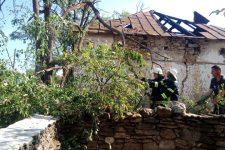 Повалені дерева і пошкоджені будинки: відео смерчу на Херсонщині
