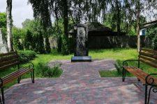 На Чернігівщині школярки станцювали тверк біля пам'ятника загиблим в АТО
