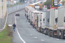 На закарпатському КПП Тиса-Загонь кілометрові черги: чому не пускають вантажівки